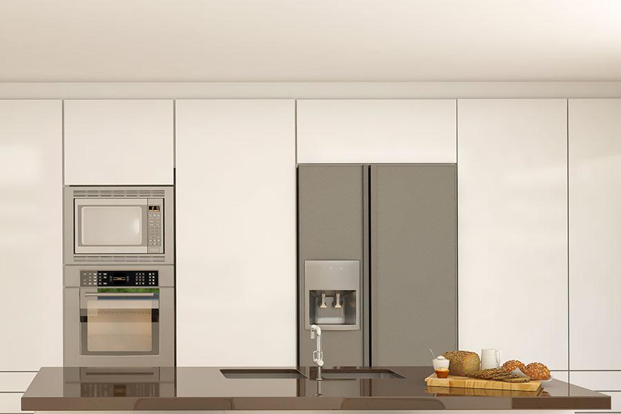 Modernt kök med ugn, mikro och kylskåp med ismaskin