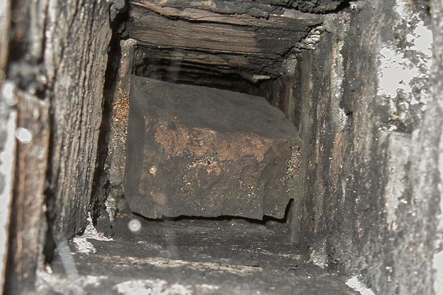 Sten från skiljeväggen i skorstenen har ramlat ner och blockerat ventilationsskanal.