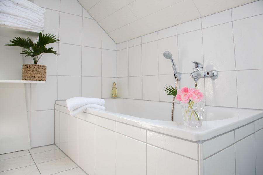 Klassiskt badkar inklätt med kakel