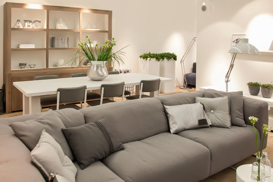 Ljussättning och hyllor i vardagsrum