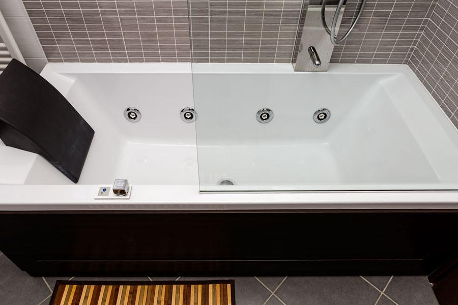 Massagebadkar med svart front