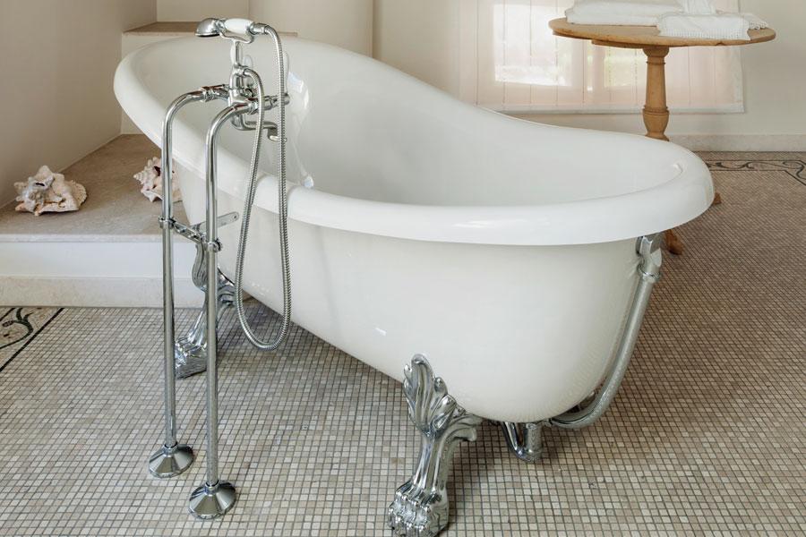Vitt retrobadkar med kromade tassar