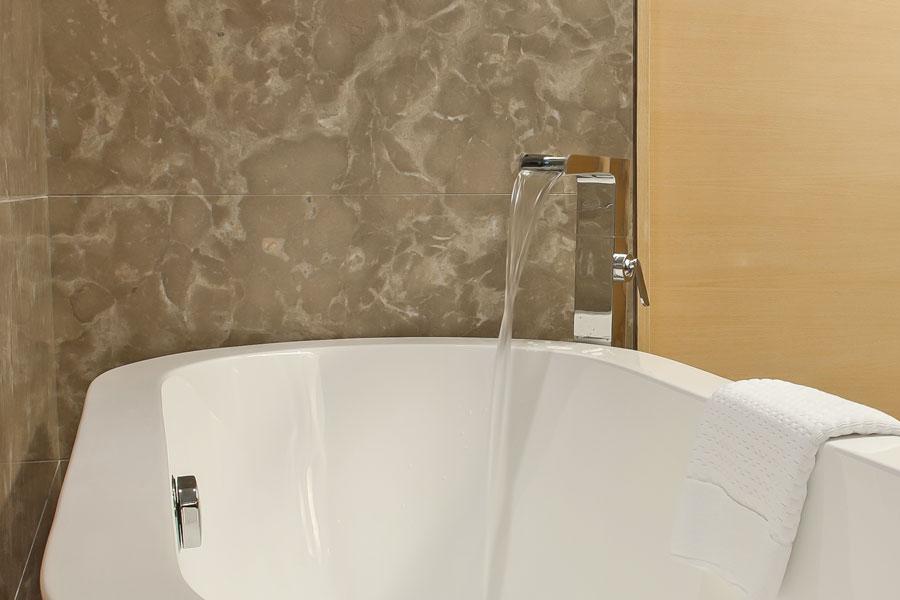 Modern badkarsblandare i snygg design