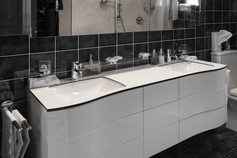 Bänkskiva i badrum av laminat