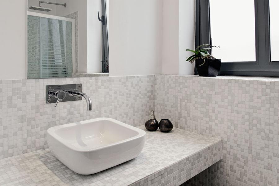 Bänkskiva i badrum av mosaik