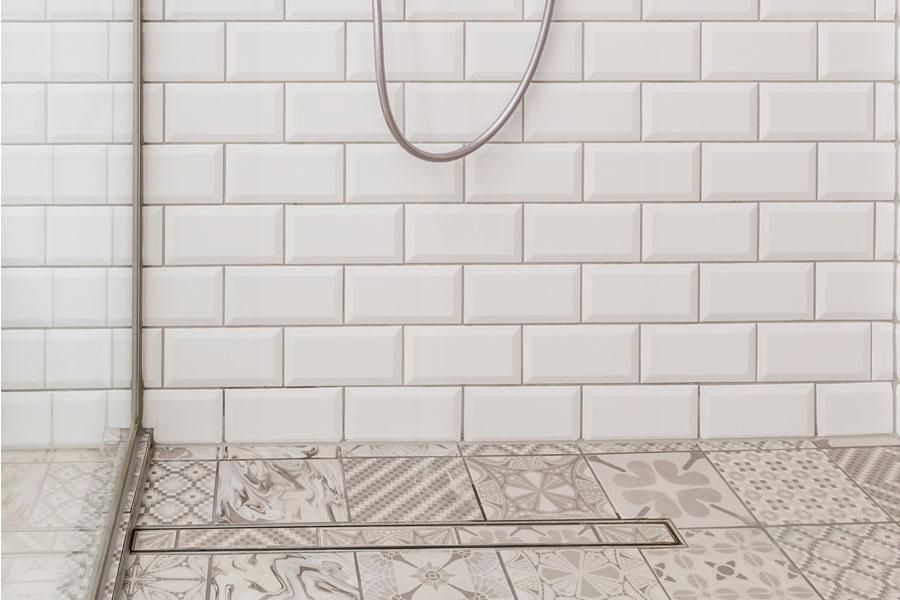 Golvbrunnssil i dusch som är integrerad i klinkergolvet.