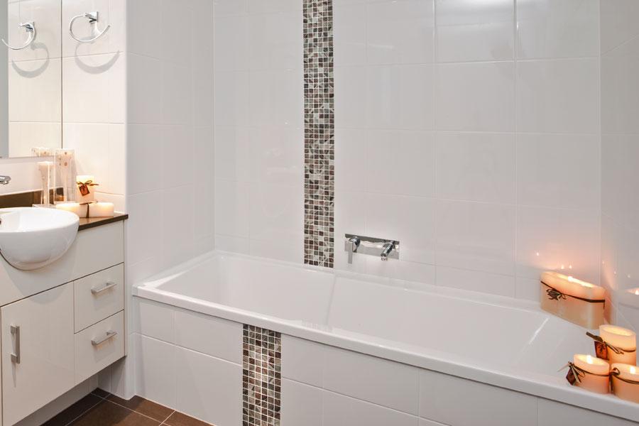 Kakel på väggar och badkar i badrum