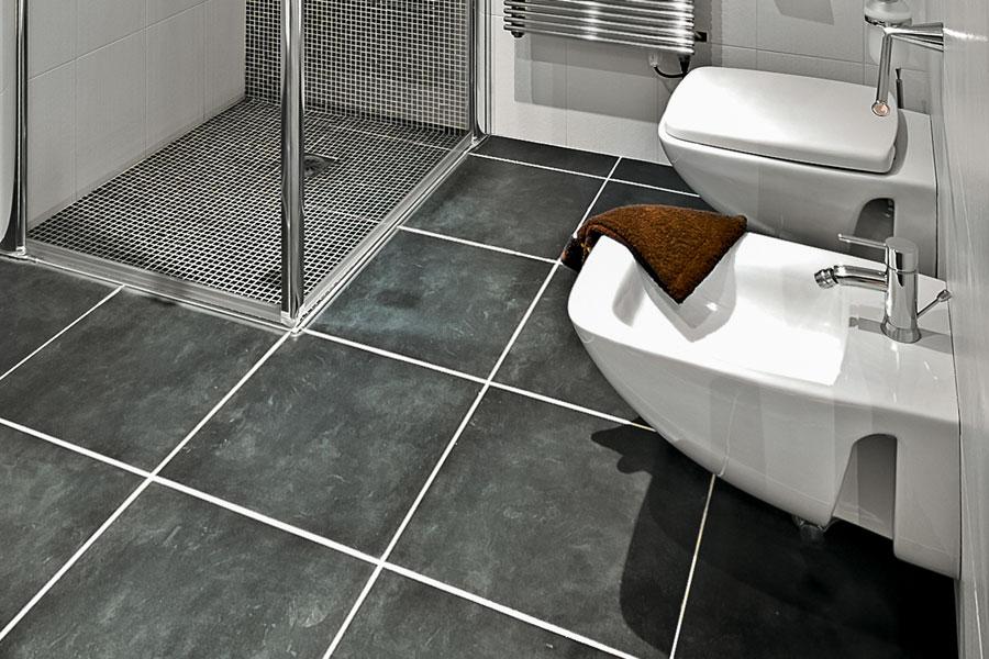 Klinkergolv med vita fogar i badrum
