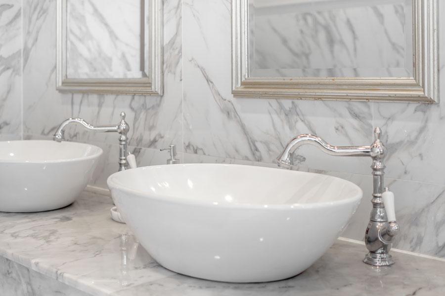 Lyxigt badrum med vackra badrumsblandare