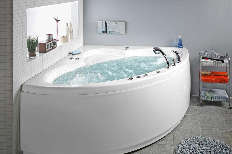 Massagebadkar med vatten i badrum