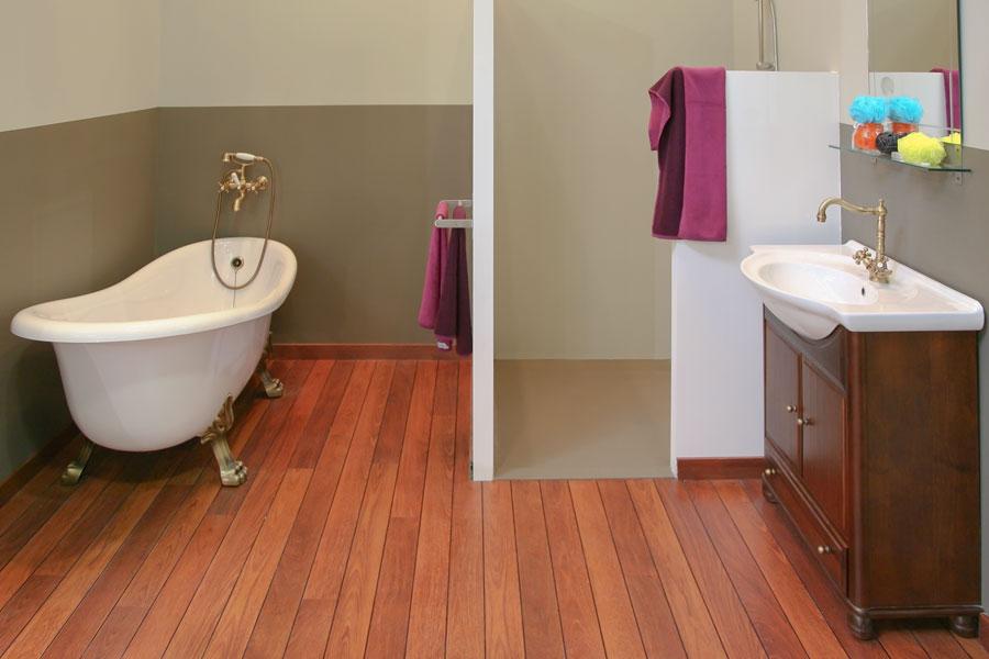 Organiskt golv av trä i badrum