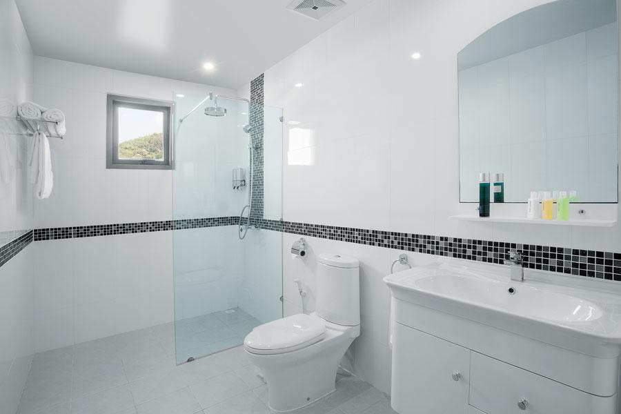 Högre placering av badrumsfönster för insynsskydd