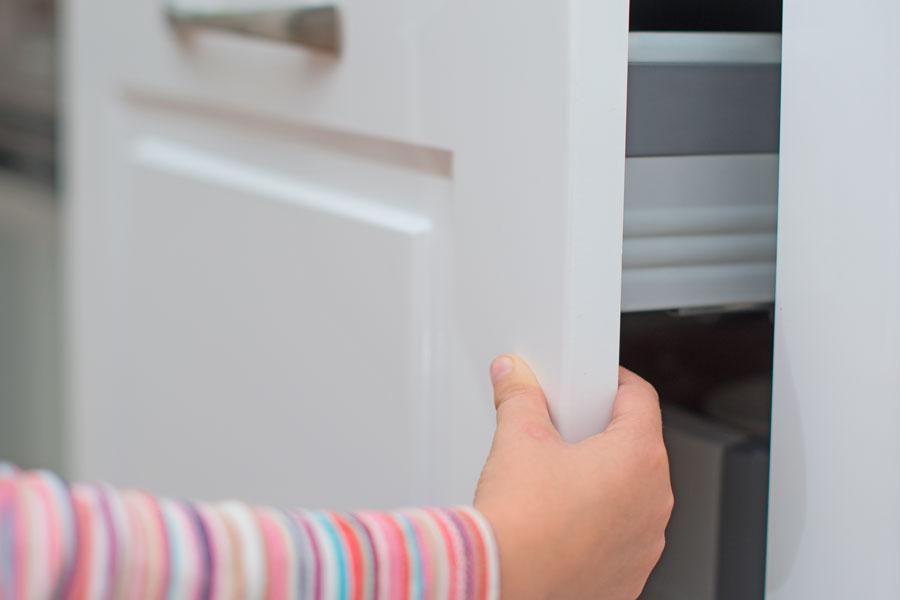 Barnvänligt kök med köksluckor som har klämskydd
