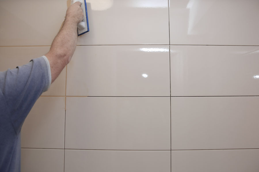 Hantverkare som utför stambyte och renovering av badrum