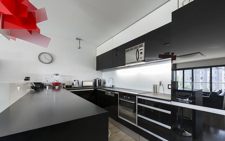 Kök med svarta köksluckor och svarta bänkskivor