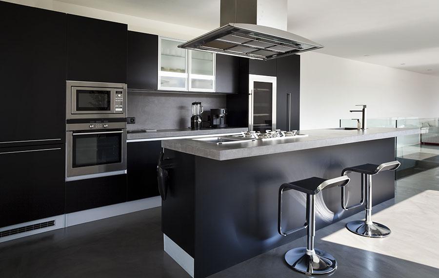 Modernt kök med svarta köksluckor och skåp