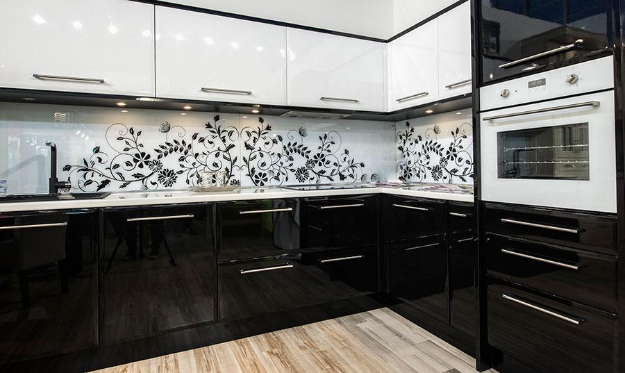 Kök med vita köksluckor med vit och svart pianolack