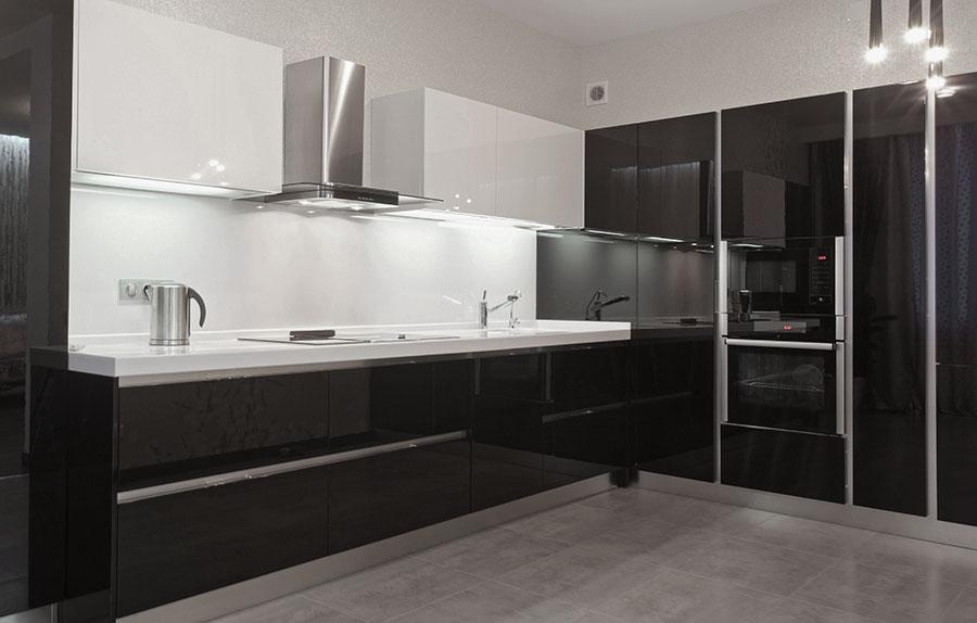 Svart och vitt kök med detaljer av borstad aluminium