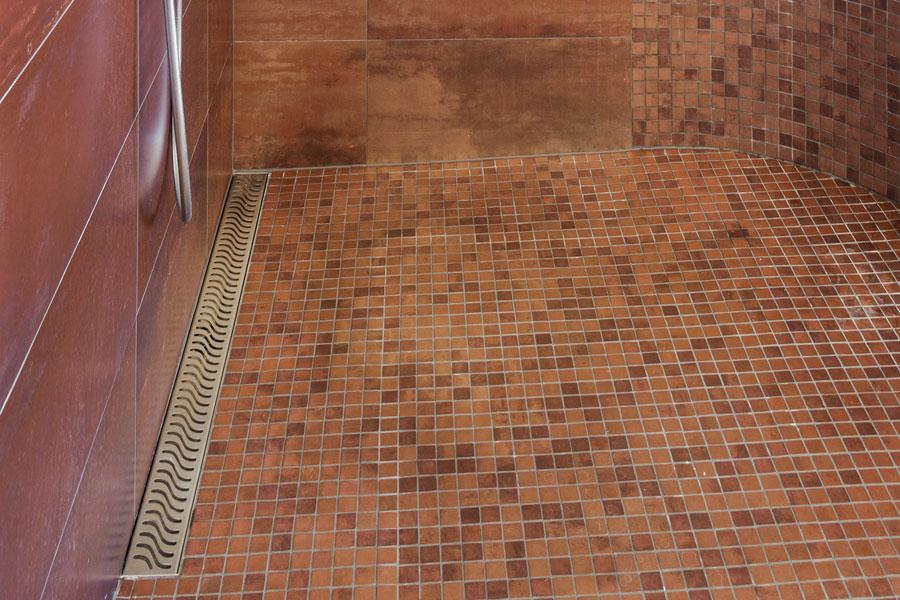 Väggnära golvbrunn i dusch