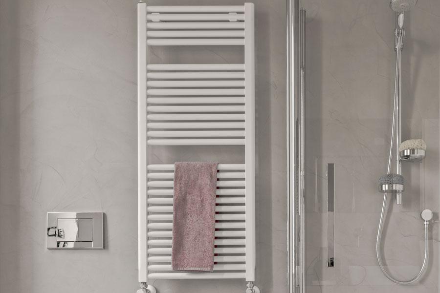 Varm handdukstork i badrum