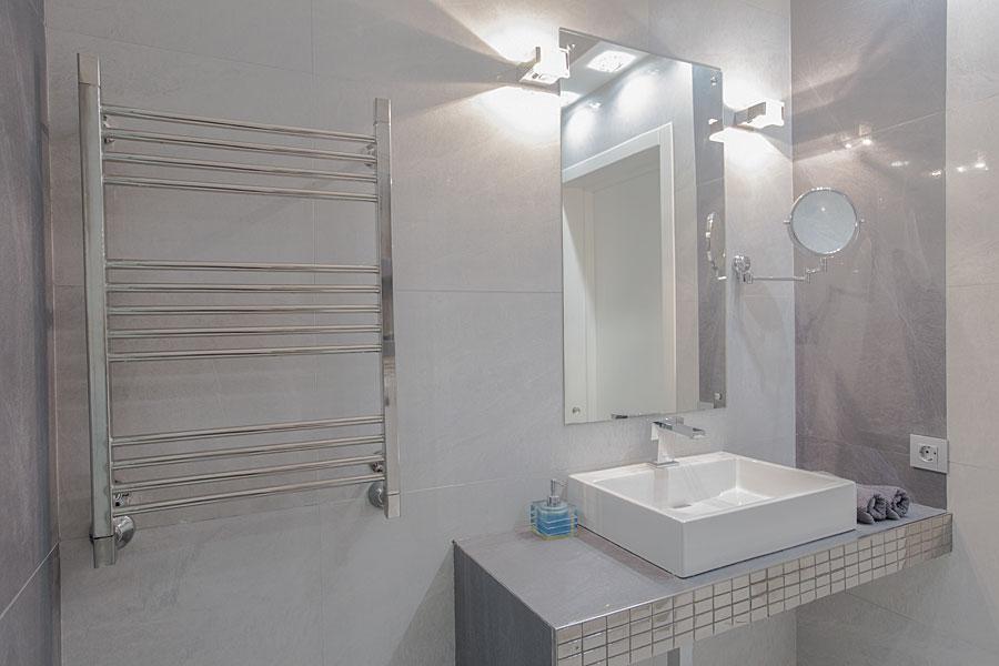 Varmt badrum med handdukstork