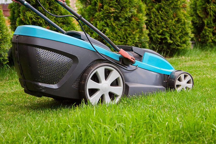 Batteridriven gräsklippare som klipper gräs