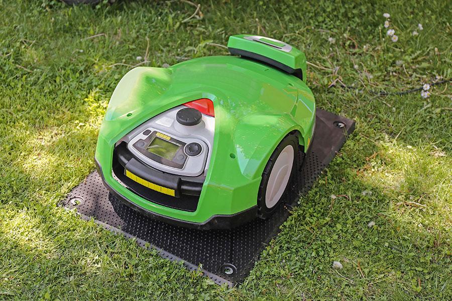 Helautomatisk robotgräsklippare i laddningsstation