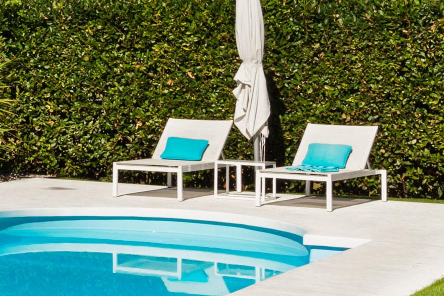Klassiska poolmöbler med uppfällbar rygg.