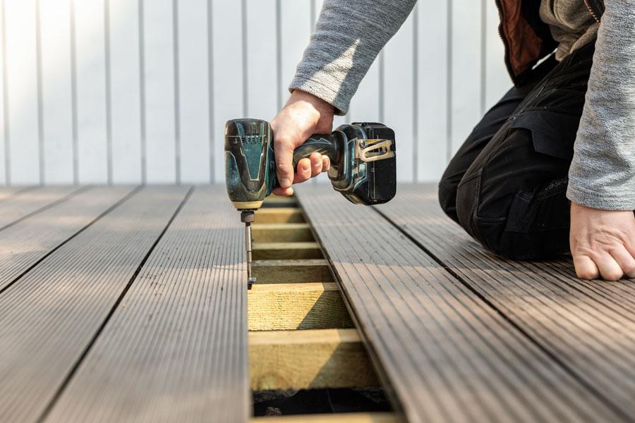Monterar altangolv av träkomposit