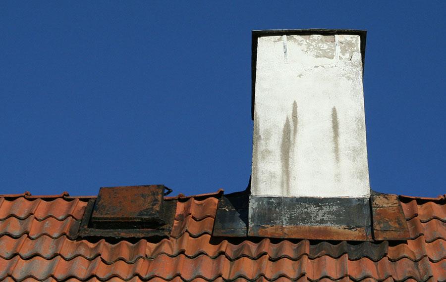 Skorstensbeslag och vindslucka