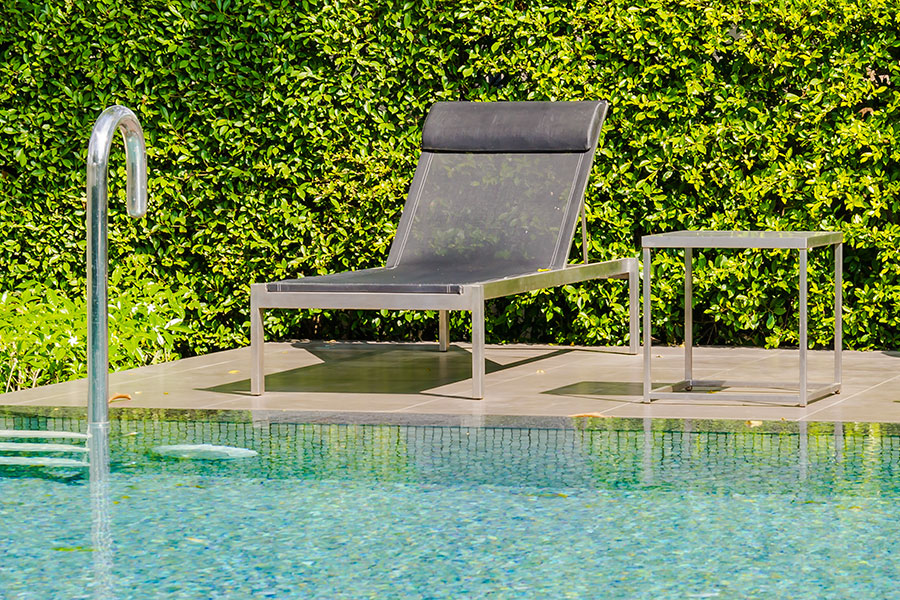 Stilrena poolmöbler i rostfritt stål.