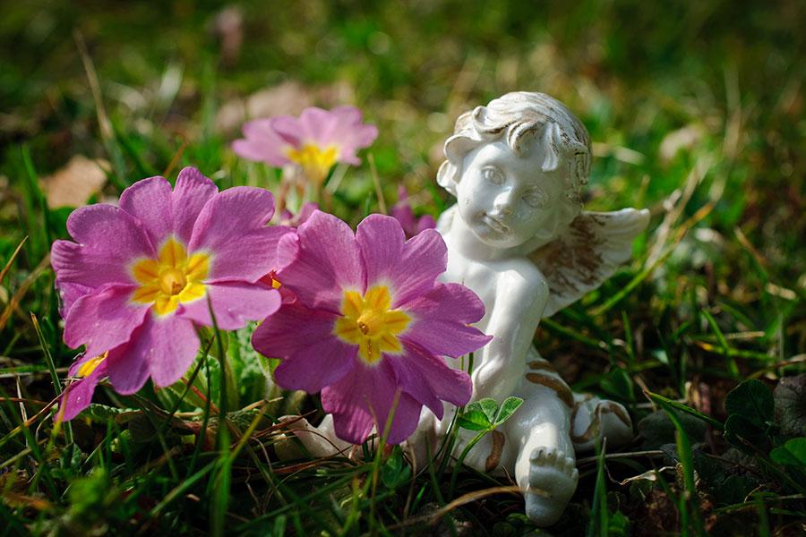 Trädgårdsutsmyckning med en liten staty