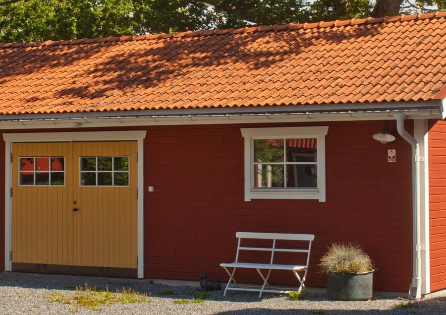 Garage med röd slamfärg