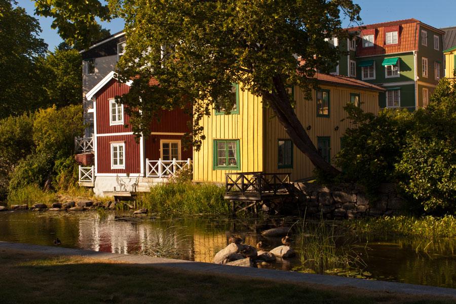 Slamfärg finns i olika kulörer. Bilden visar hus i både röd och gul slamfärg.