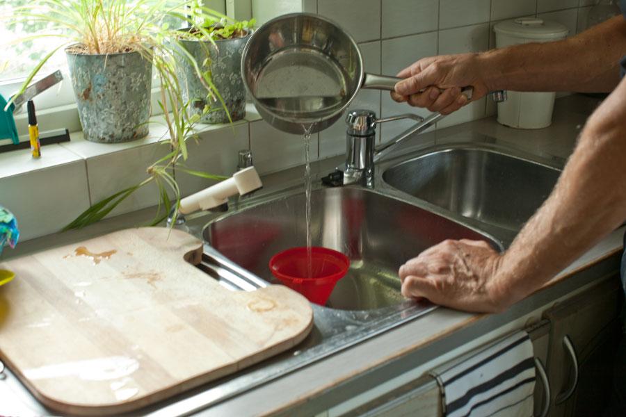 Häller hett vatten i avloppet för att lösa upp fettavlagringar som fastnat