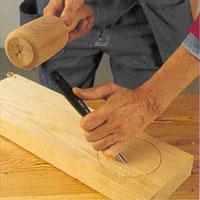 knacka på handtagets topp med en stor eller liten träklubba