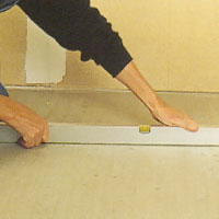 Kontrollera med vattenpass att de ytor där skåpen ska stå är jämna och i våg