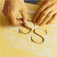 Lägg därefter monogramdelarna på plats i ursågningarna
