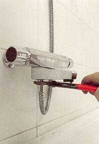 Sätt ihop duschhandtaget med slangen och skruva fast slangen i uttaget på blandaren