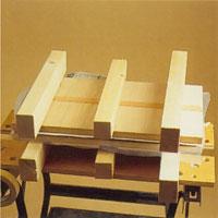 Lägg arbetet mellan två presskivor av plywood