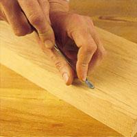 Vid rakt snitt håller du vänstertummen och långfingret mot verktyget