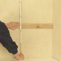 Sätt en rak riktbräda på väggen så är det enklare att fästa överskåpen