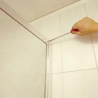 Skruva därefter fast gavelpanelen i väggprofilen.