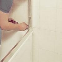 Skruva därefter fast väggprofilen, överliggare och bottenprofil.