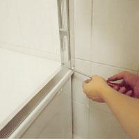 Skruva fast väggprofilen med plåtskruv i de förborrade hålen.