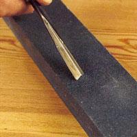 Börja med att slipa varje sida i 70-80 graders vinkel på slipstenen