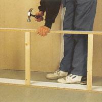 För stabil sockelram, såga till stödbrädor med ramens inre breddmått