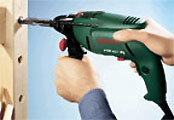 Håll alltid slagborrmaskinen rakt och tryck vinkelrätt mot väggytan eller arbetsstycket