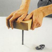 stoppa ner bänkskruven i hålet i arbetsbänken