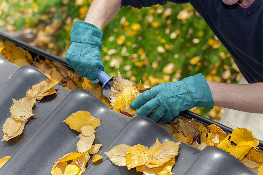 Tar bort löv och skräp i hängränna